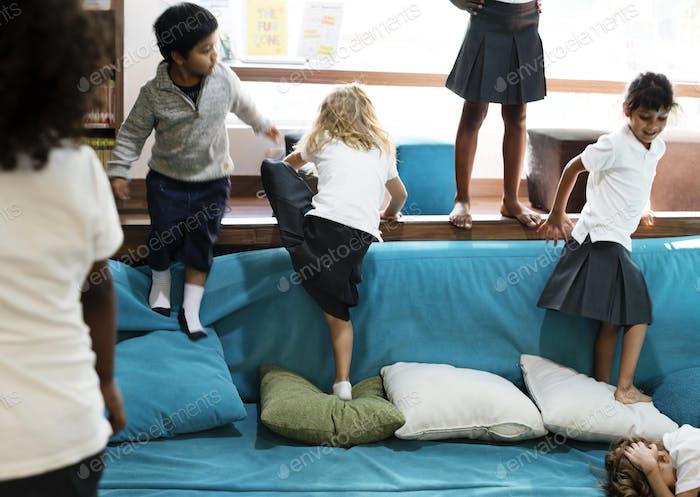Gruppe von verschiedenen Studenten im Spielzimmer