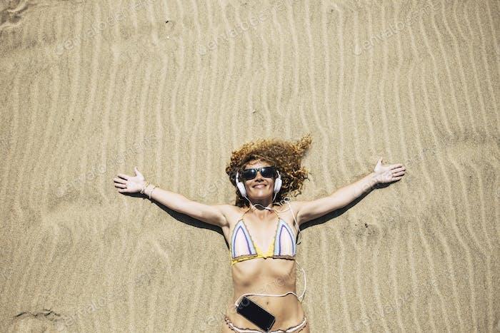Hermosa mujer turista de mediana edad disfrutar de la arena de la playa y las vacaciones de verano