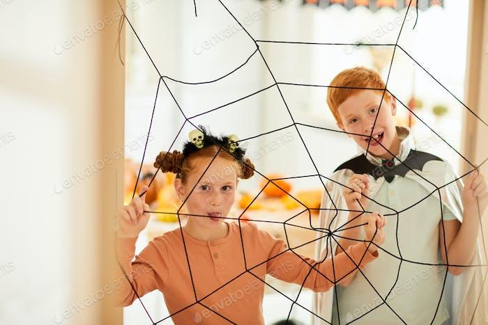 Kinder spielen in Spinnen