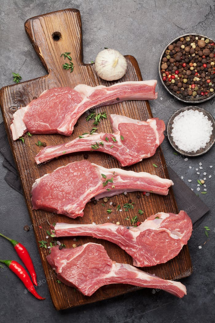 Lammrippen kochen. Rohrohes Lammgestell