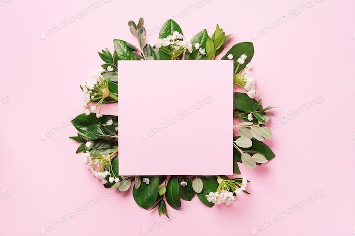 Sommer- und Frühlingskonzept. Tropische Natur Hintergrund mit grünen Blättern, weißen Blüten und weißen