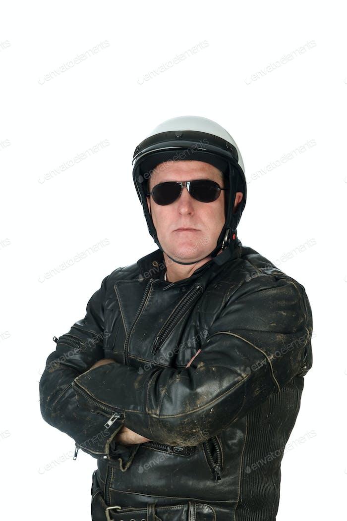 Mann mit Lederjacke und Fahrradhelm