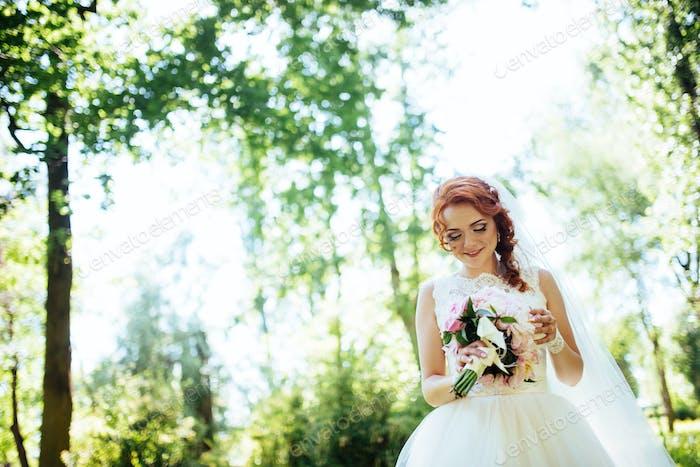 счастливая невеста позирует для фото.