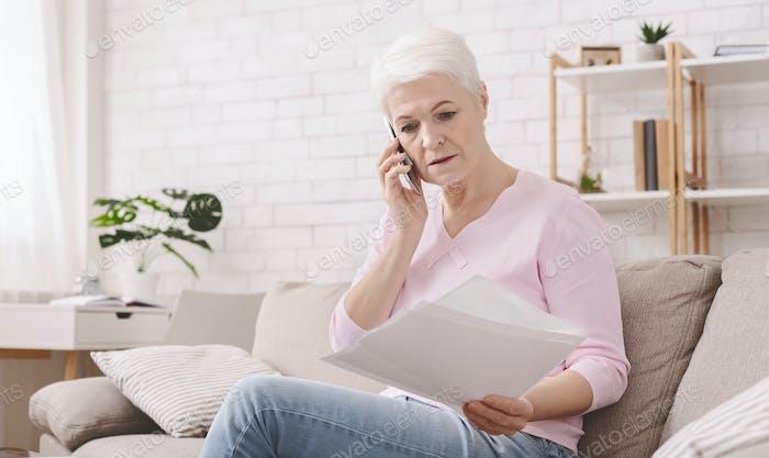 Sorprendido mujer jubilada escuchando a agente bancario con documentos