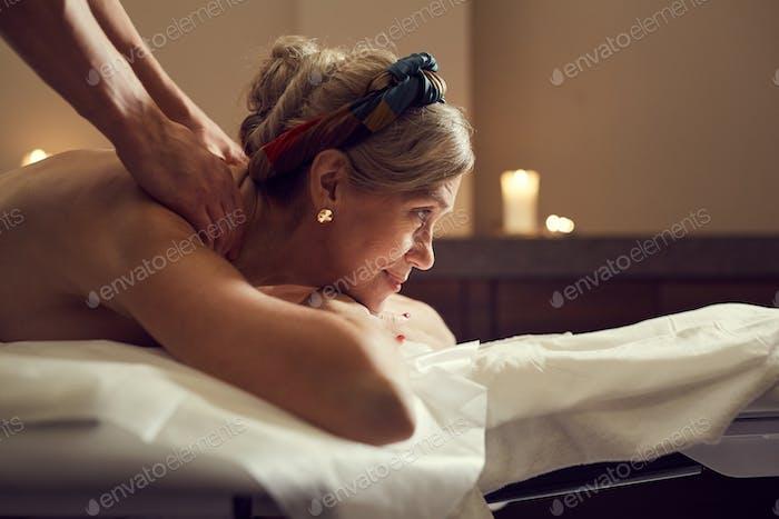 Reife Frau genießen massage in spa