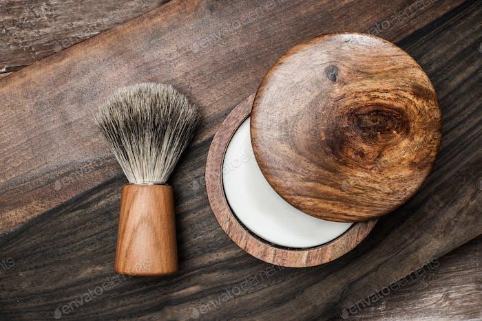 Rasierpinsel und Seife auf einem luxuriösen Holzhintergrund