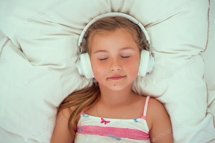 headphones child relaxing