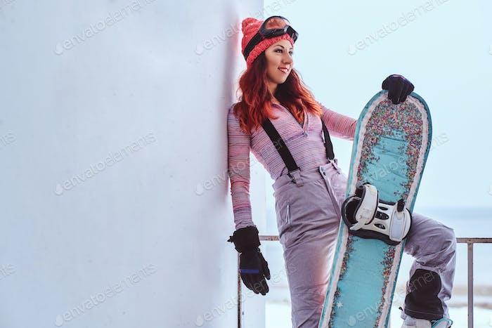 Porträt eines schönen Rothaarigen Mädchen im Winter Hut und Brille