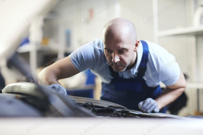 Mechaniker Inspektion Auto in Auto Shop