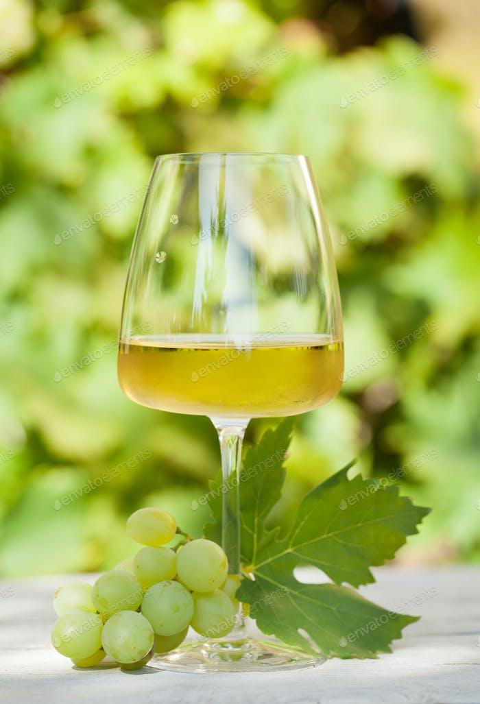 Weißes Weinglas und Weinglas