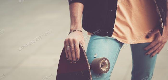 Nahaufnahme von jungen Mann Hände halten verwendet Skateboard