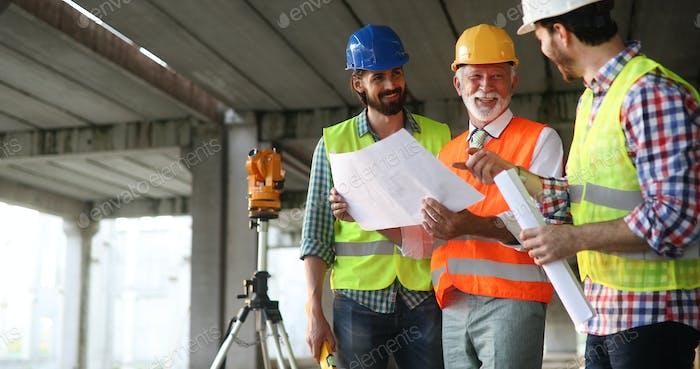 Ingenieur, Bauunternehmer, Architekten-Teamarbeit. Bauleute reden und Planungsarbeiten, Blaupause