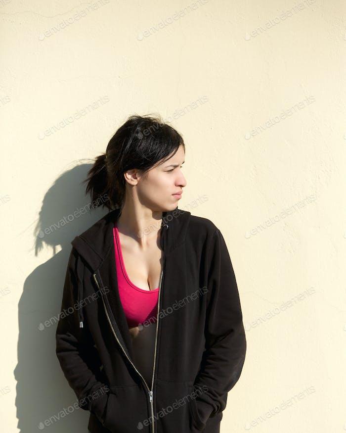 Junge Sportfrau außerhalb mit schwarzem Sweatshirt