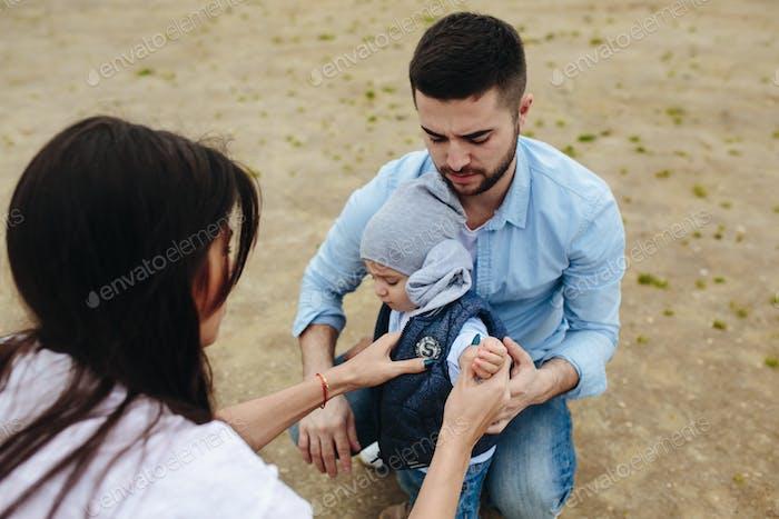 Glückliche junge Familie mit einem kleinen Jungen in der Natur