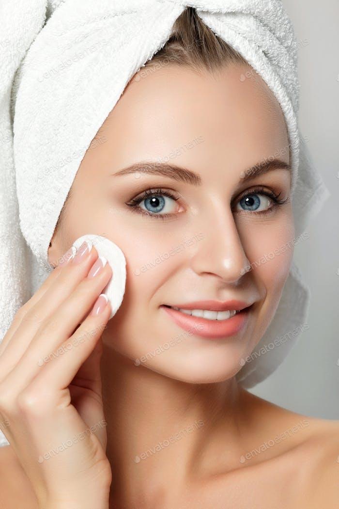 Porträt von jungen schönen Frau Reinigung ihr Gesicht