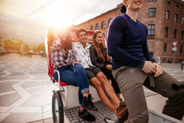 Jugendliche Reiten auf Dreirad und mit Spaß