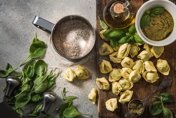 Italienische Tortellini mit Spinat