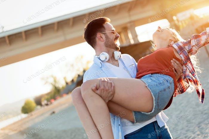Glückliches Paar lächelnd und mit Spaß Zeit