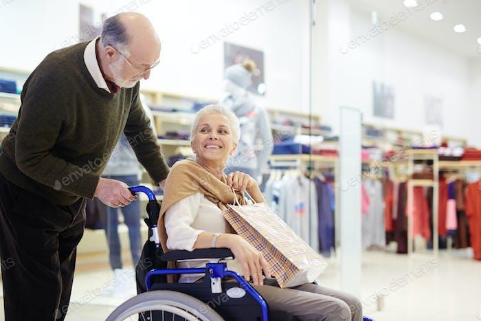 Senioren beim Verkauf