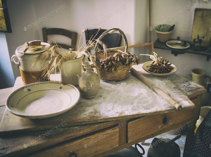 Tisch mit Zutaten und Küchenhelfer.