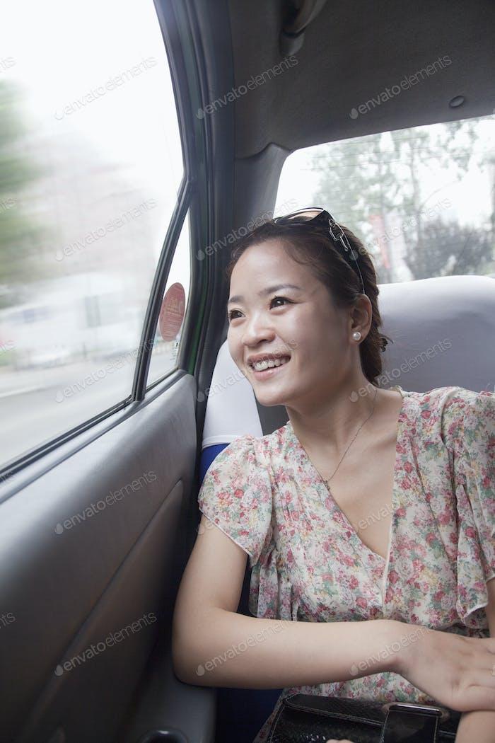 junge Frau Blick aus Fenster in taxi