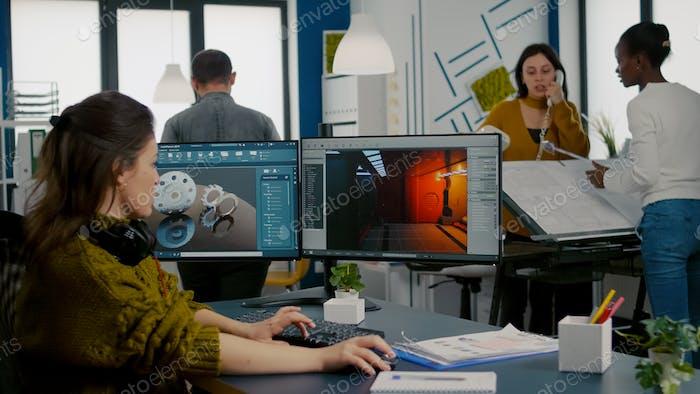 Ingeniero analizando software CAD para desarrollar videojuegos