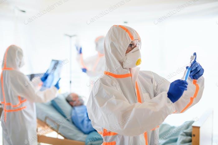 Arzt mit Impfstoff im Krankenhaus, Coronavirus-Konzept