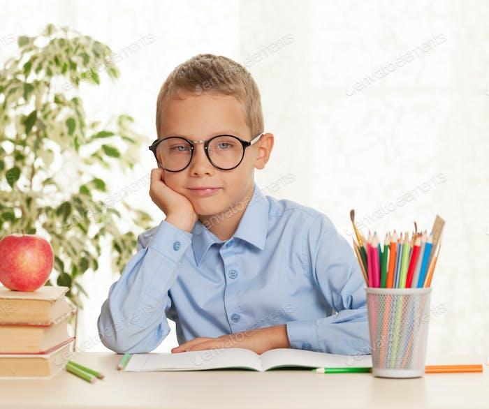 Junge Schuljunge wird gehen, um Hausaufgaben zu tun