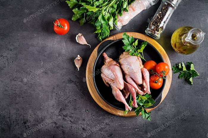 Rohe ungekochte Wachtel. Zutaten zum Kochen von gesundem Fleisch Abendessen. Ansicht von oben
