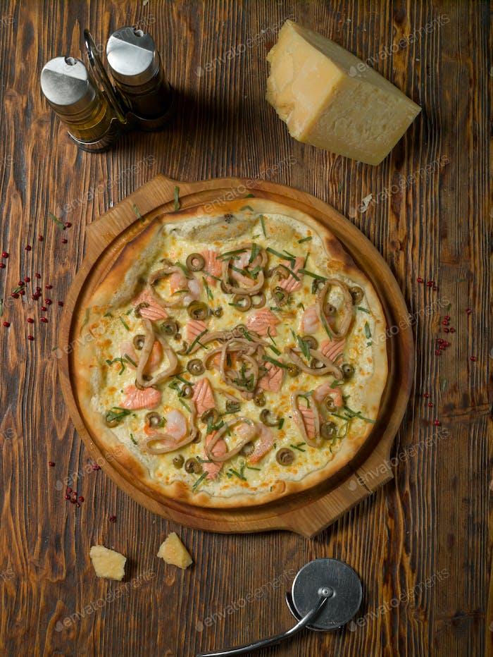 Meeresfrüchte Pizza auf einem Holztisch