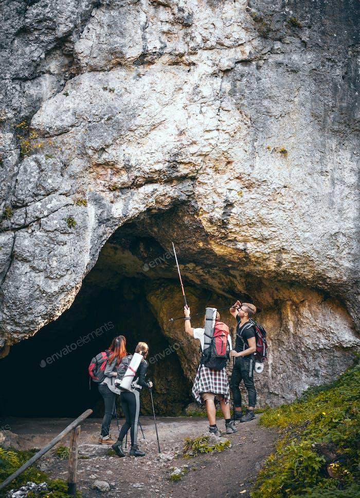 Gruppe von Wanderern, die Höhlen im Berg erkunden