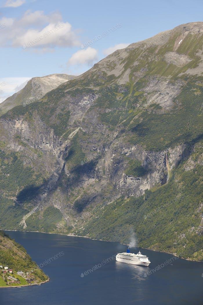 Norwegische Fjordlandschaft. Kreuzfahrt. Besuchen Sie Norwegen. Tourismus