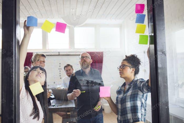 Gruppe von Mitarbeitern Brainstorming im Büro