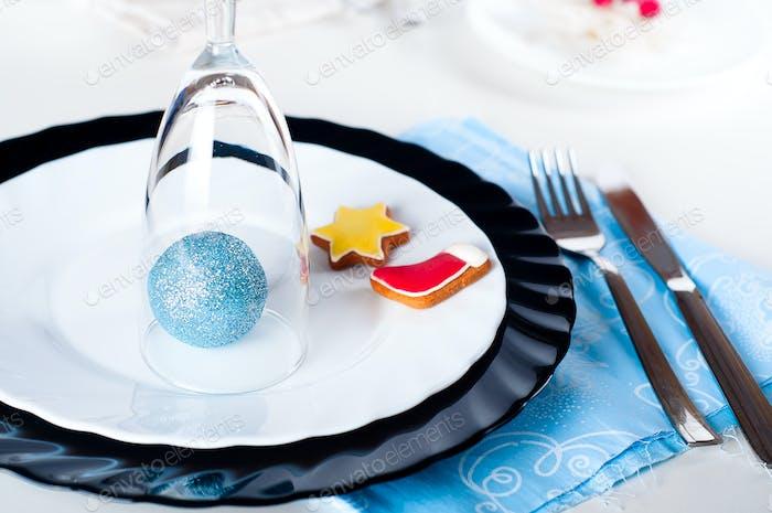 Stilvolle blaue und silberne Weihnachtstischeinstellung