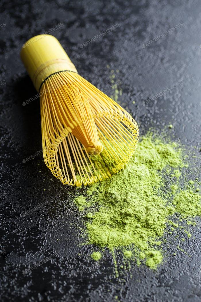 Grünes Matcha-Tee-Pulver und Bambuspulver.