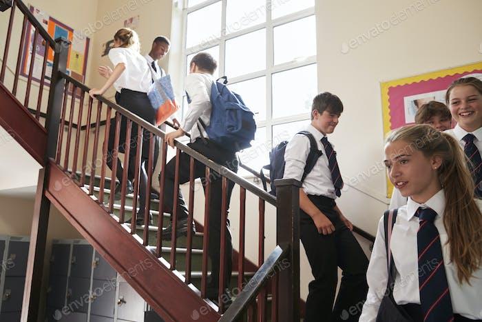 Gruppe von Teenager-Studenten in Uniform Gehen Zwischen Klassenzimmern