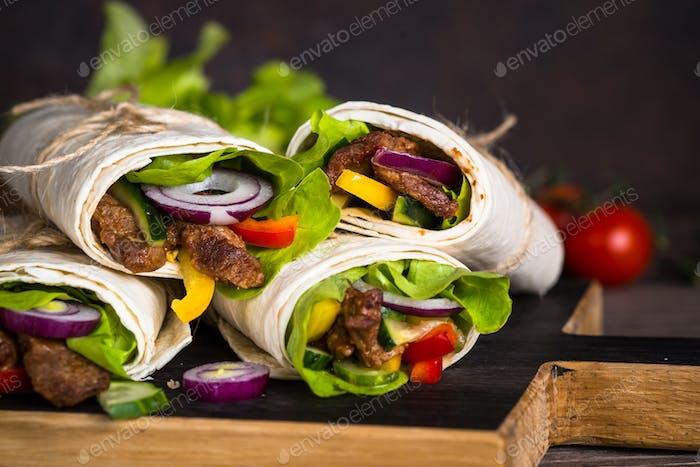 Burritos Tortilla wickelt mit Rindfleisch und Gemüse.