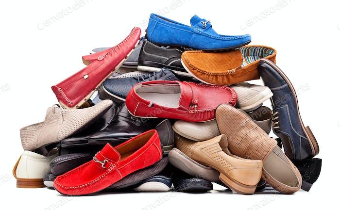 Stapel von verschiedenen Männern Schuhe, mit Clipping Pfad