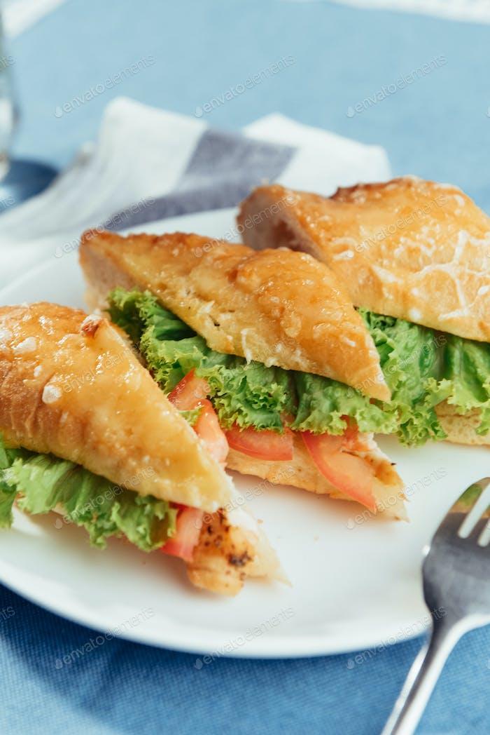 Здоровый сэндвич нарезать куски, чтобы показать вкусные ингредиенты