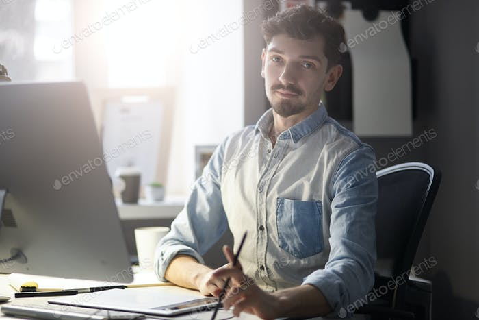 Портрет молодого уверенного предпринимателя