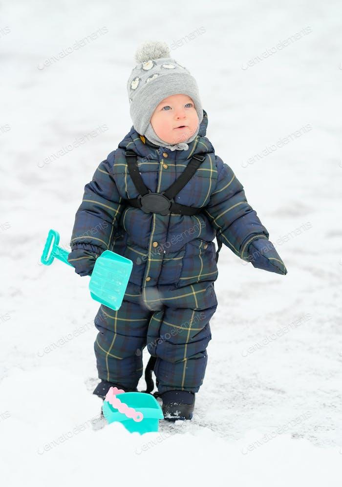 Winterporträt von Kleinkind Jungen