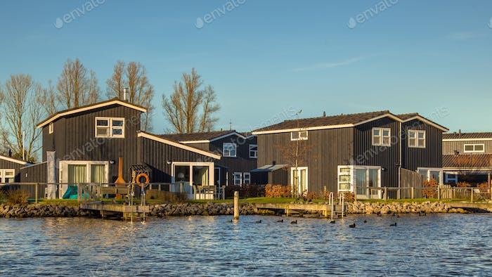 Ferienanlage am Ufer des Sees