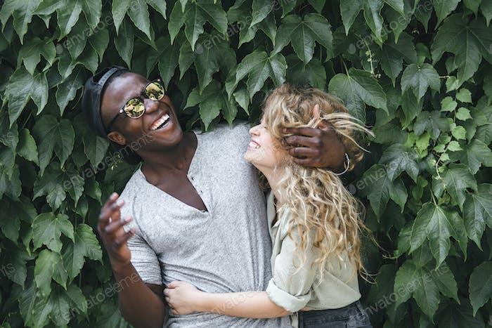 raza mixta pareja abrazando en la naturaleza