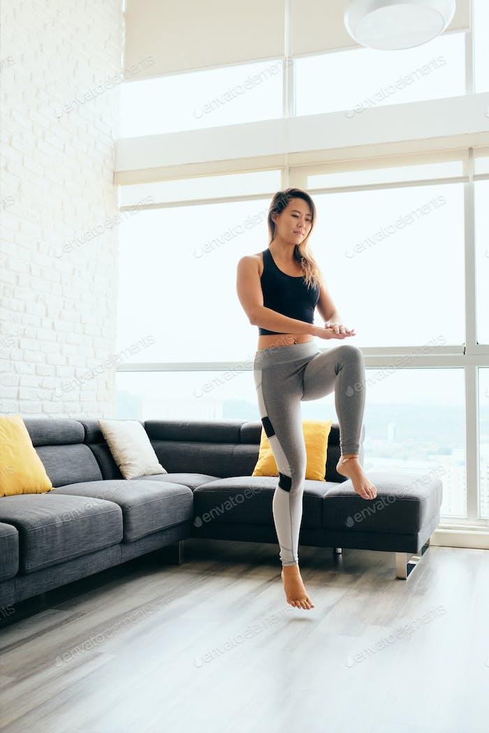 Erwachsene Frau Training ABS und Beine tun hohe Knie Tap