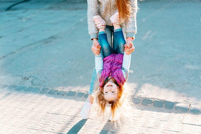 Mama und Mädchen spielen, mit Spaß