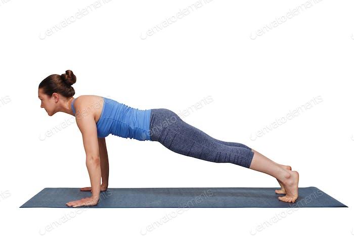 Frau tut Yoga Surya Namaskar Sonne Anrede Asana Utthita cha