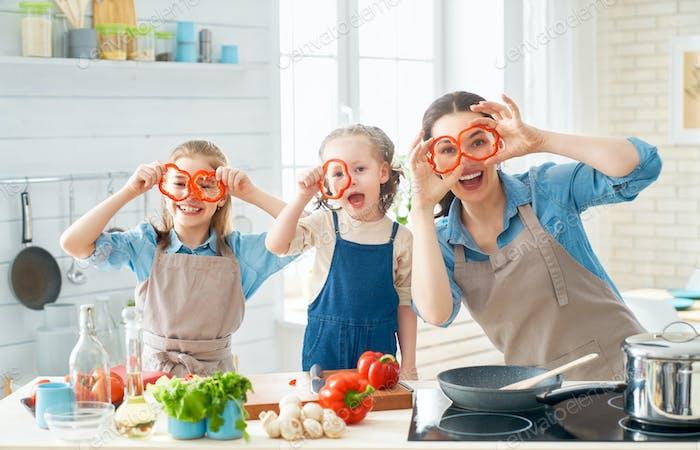 Familia Alegre en la Cocina.