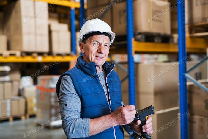 Porträt eines älteren männlichen Lagerarbeiters oder eines Vorgesetzten.