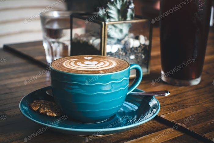 Traumhafter flacher Kaffee mit perfekter Latte Art