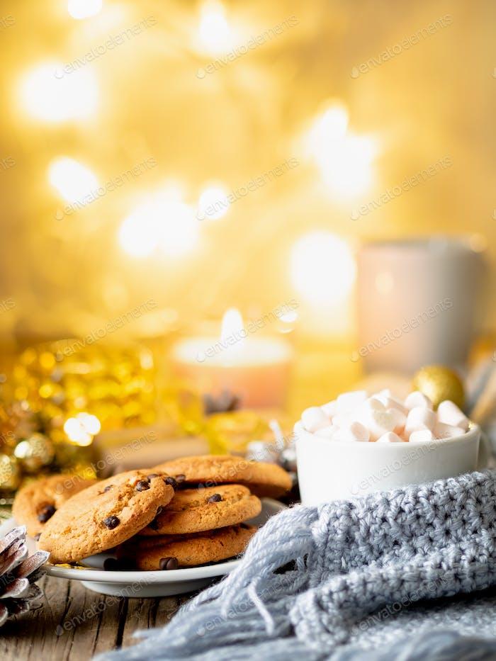 Gemütlicher Abend, Tasse Getränk, Weihnachtsschmuck, Kerzen und Lichter Girlanden